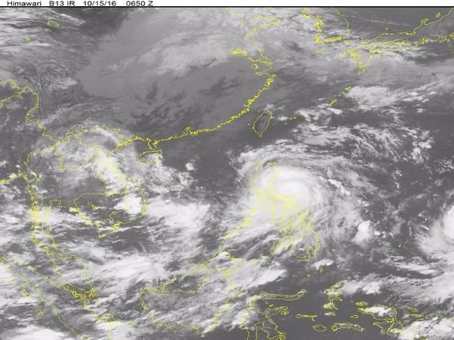 Bão Sarika giật cấp 17 tiến sát biển Đông