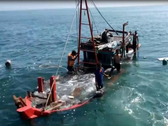 Trục vớt tàu ngư dân bị đâm chìm để điều tra