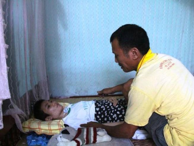 Người cha mang 'án tử' nuôi con bại liệt