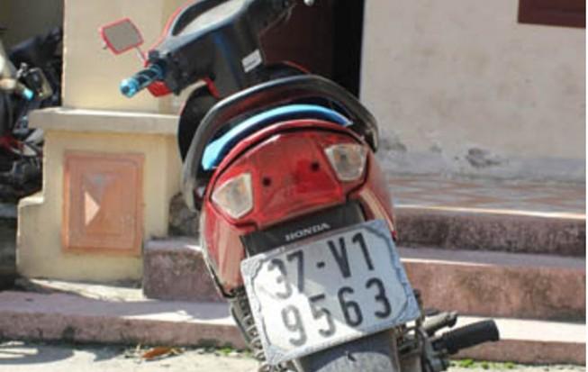 Bắt hai thiếu nữ điều khiển xe máy đi cướp điện thoại