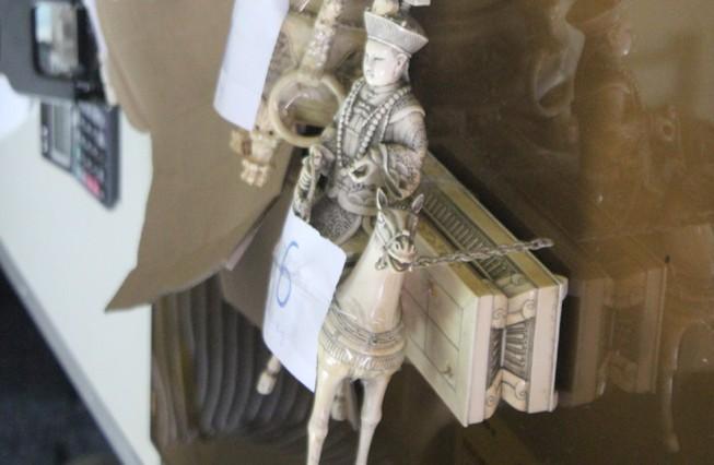 Bắt xe khách biển số Lào chở 10 bức tượng nghi làm bằng ngà voi