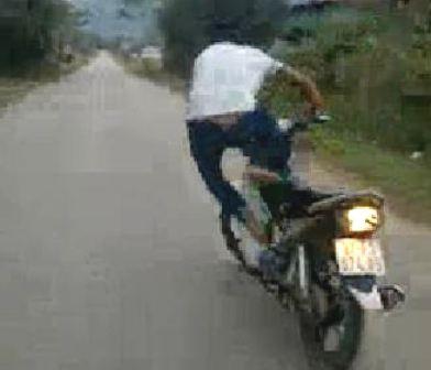 Xác định được thanh niên liều mạng đứng lên yên để xe máy tự chạy