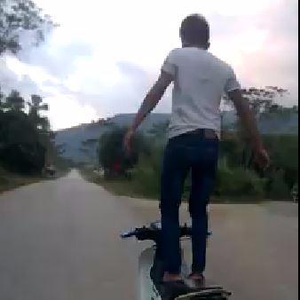 Thanh niên đứng trên yên để xe máy tự chạy bị phạt hơn 7 triệu đồng