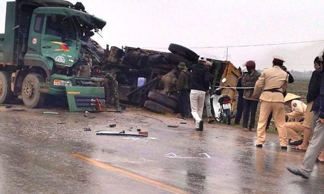 Xe 'hổ vồ' tông lật xe tải bên quốc lộ, 2 người nguy kịch