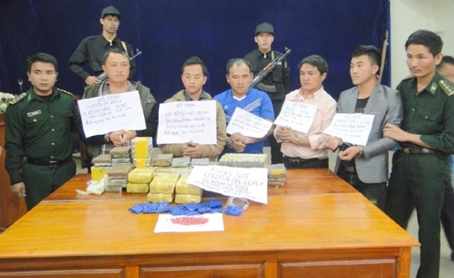 Năm người nước ngoài chở hơn 90 bánh heroin vào Việt Nam