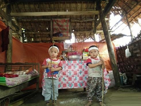 Xúc động bức ảnh hai bé ba tuổi tiễn mẹ về nơi chín suối