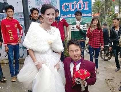 Xúc động đám cưới cổ tích cô dâu xinh đẹp với chú rể 'chú lùn'