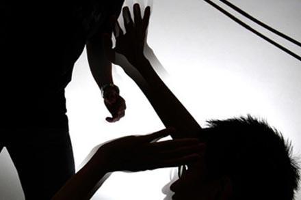 Ngăn con trai rượt đánh chị dâu, người cha 71 tuổi tử vong
