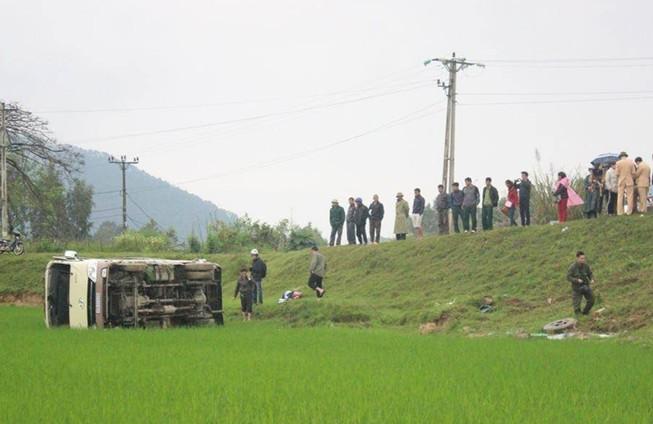 Xe khách 'bay' xuống ruộng, 8 người nhập viện