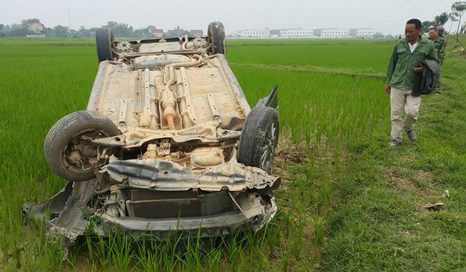 Đâm một người tử vong, xe hơi lật ngửa trên ruộng