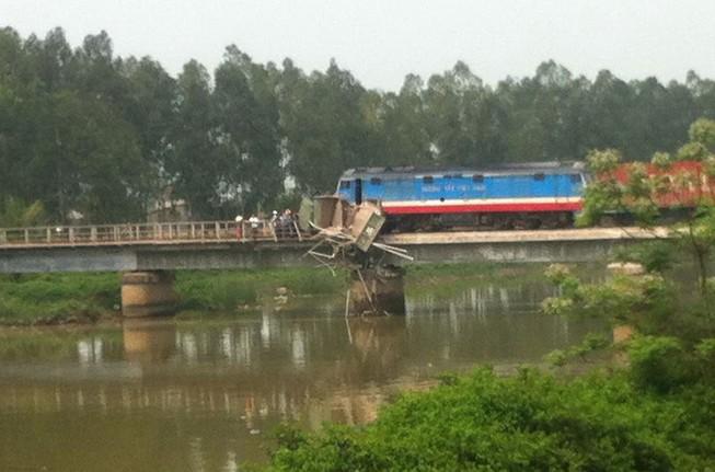 Tai nạn tàu hỏa ở Nghệ An, đường sắt Bắc-Nam đang ách tắc