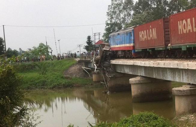 Xe tải bị tàu hỏa đâm mắc kẹt giữa cầu Lồi