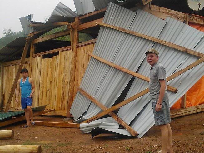 Mưa đá, lốc xoáy làm nhiều nhà tốc mái, 5 người bị thương