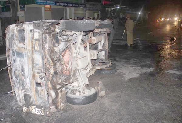 Tai nạn liên hoàn, xe tải cháy trơ khung, xe con hư hỏng nặng