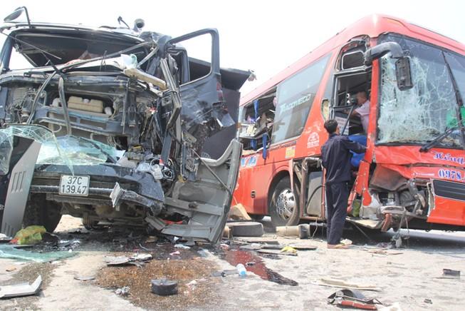 Xe tải tông xe khách giường nằm, 6 người nhập viện
