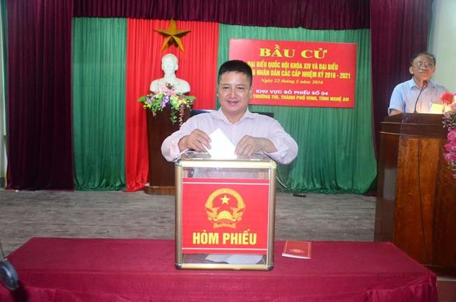 Vợ chồng nghệ sĩ 'Táo giao thông' bỏ phiếu tại Nghệ An