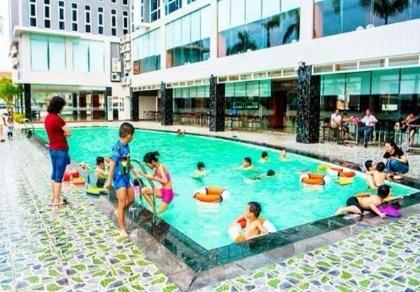 Bé trai 10 tuổi tử vong khi học bơi tại khách sạn 4 sao