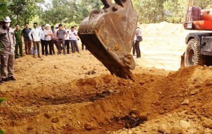 Khai quật 267 tấn chất thải Formosa chôn trong trang trại đưa đi xử lý