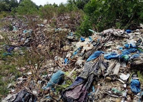 Xử lý hơn 50 tấn rác có chữ Trung Quốc đổ trộm trong rừng