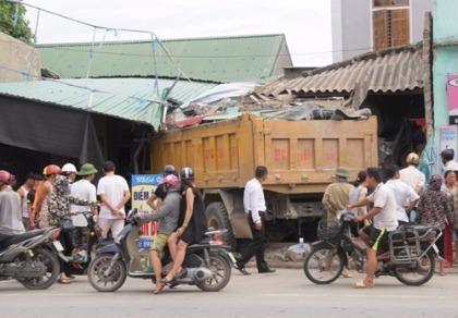 Xe tải húc sập quán bún, chủ quán bị thương nặng