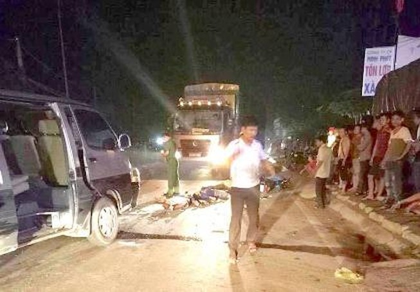 Xe khách va chạm với xe máy chở 3 làm 3 người tử vong
