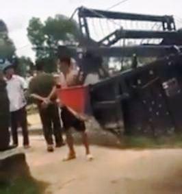 Xôn xao clip phó chủ tịch thị trấn chặn máy gặt ngoại tỉnh
