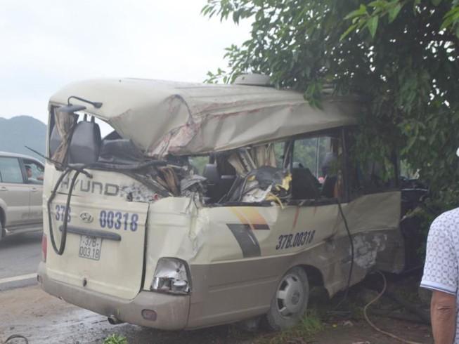 Dân cạy vỏ xe khách cứu 7 người sau vụ tai nạn