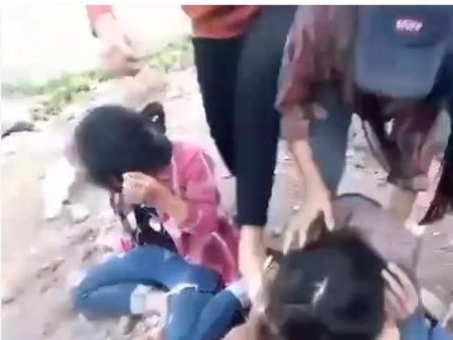 Xôn xao nhóm nữ sinh đánh bạn chảy máu mắt
