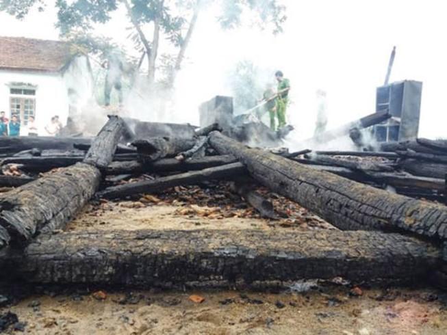 Nhà gỗ 2 tầng và tài liệu ở UBND xã bị cháy rụi
