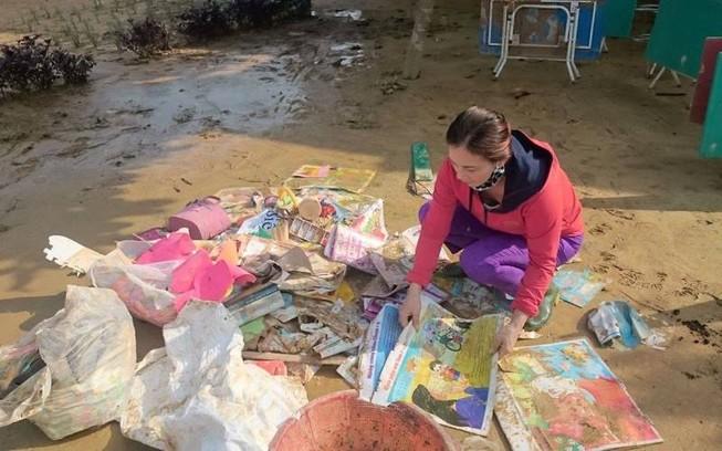 Giáo viên bật khóc nhặt sách vở trong bùn khi lũ rút