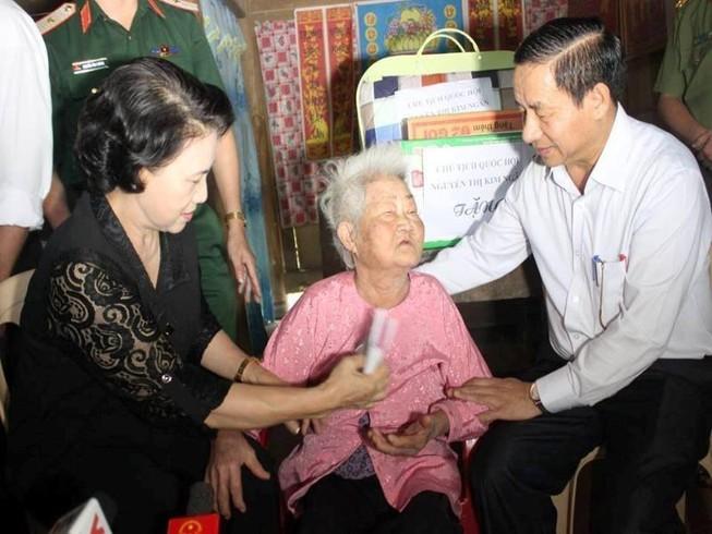 Chủ tịch Quốc hội thăm hỏi, trao quà người dân vùng lũ