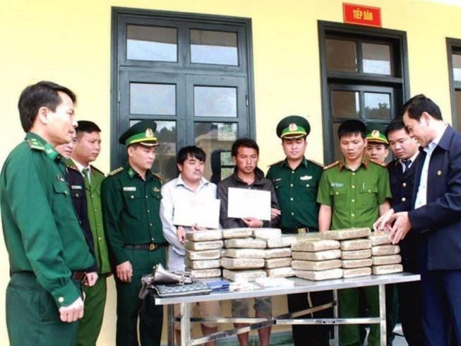 Hai người Lào chở 60 bánh cần sa vào Việt Nam tiêu thụ