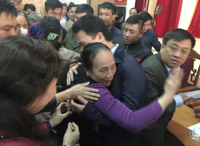 Tiểu thương ôm chầm chủ tịch tỉnh Hà Tĩnh nói cảm ơn