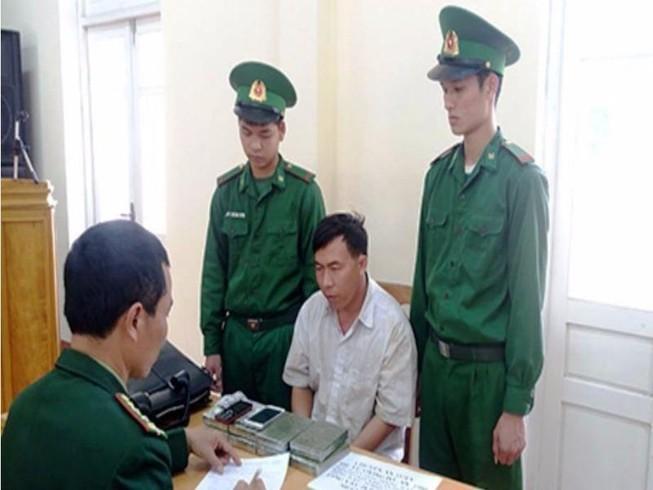Bắt vụ vận chuyển 8 bánh heroin vào Việt Nam