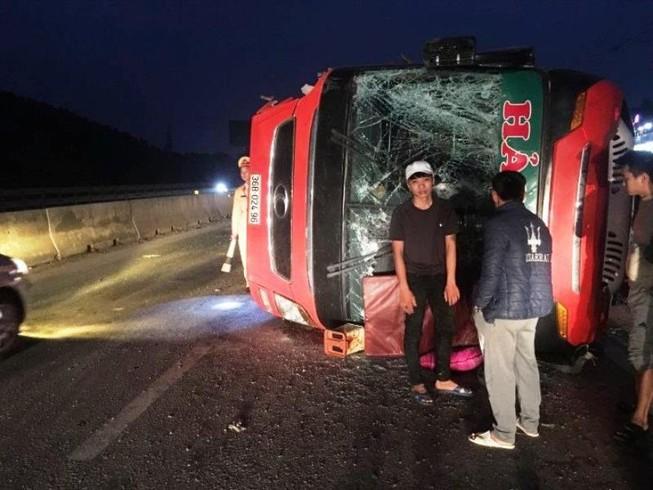 Xe khách chở 40 người về quê ăn tết bị lật trên quốc lộ