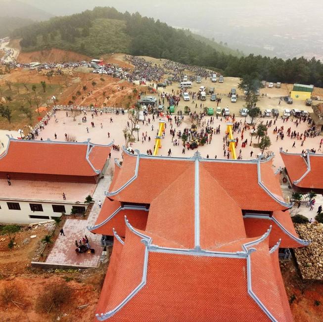Dòng người đổ về chùa Đại Tuệ, tắc đường nửa ngày