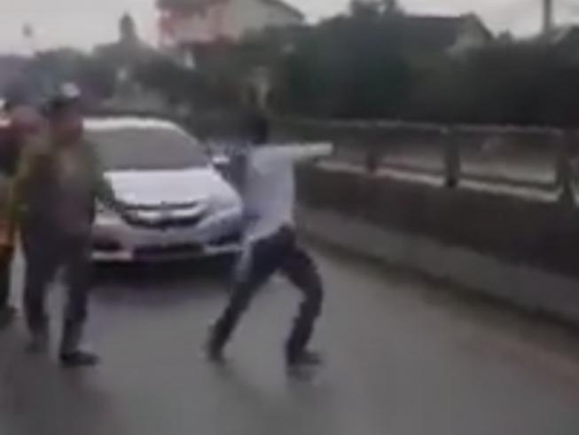 Phạt hành chính nhóm thanh niên nhảy múa trên quốc lộ
