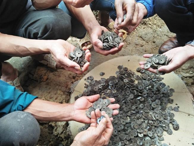 Đào được 10 kg tiền cổ khi làm móng nhà