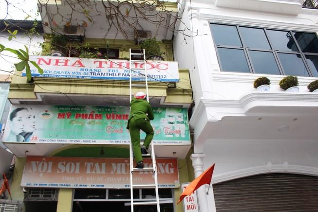 Cảnh sát cứu 4 người trong ngôi nhà 2 tầng đang cháy