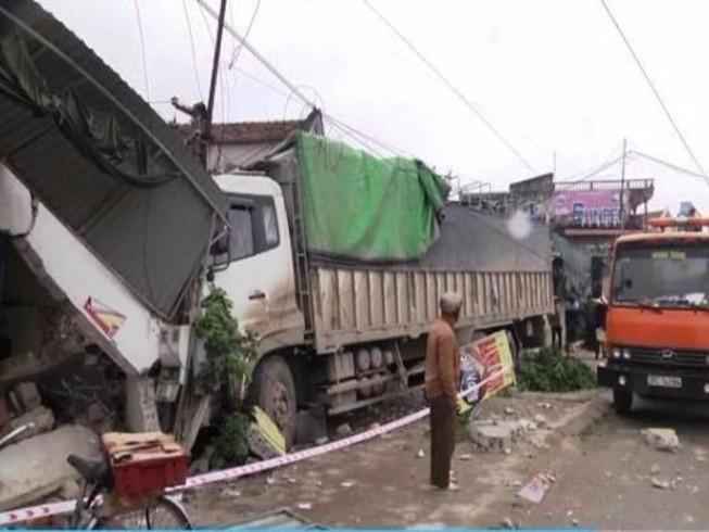 Tìm tung tích phụ nữ đi nhặt rác bị xe tải tông chết