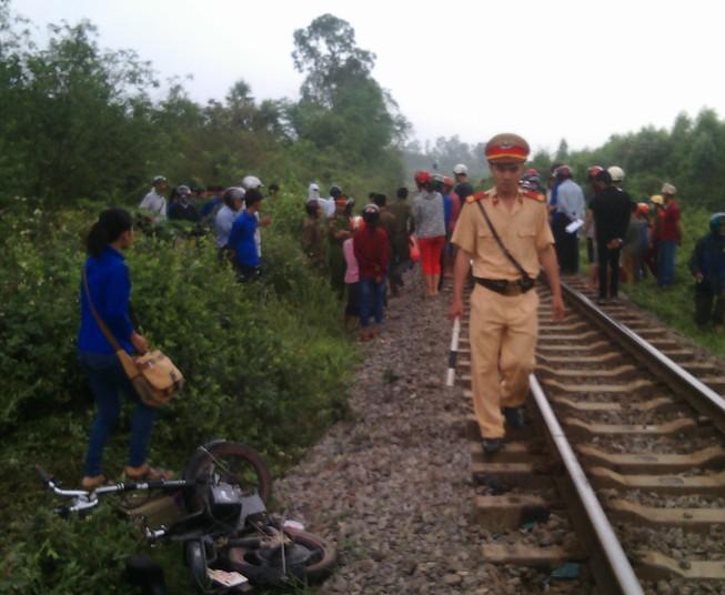 Cố băng qua đường sắt, nữ sinh bị cuốn văng xa 30m