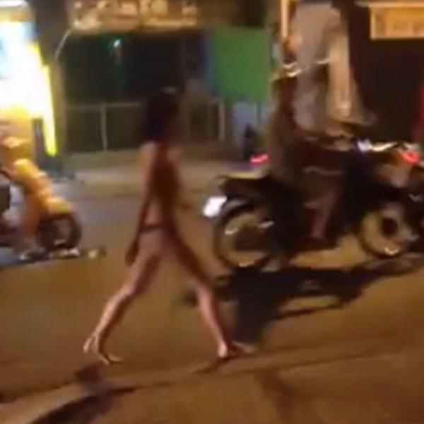 Thêm cô gái... không mặc đồ vừa đi vừa khóc tức tưởi giữa Sài Gòn