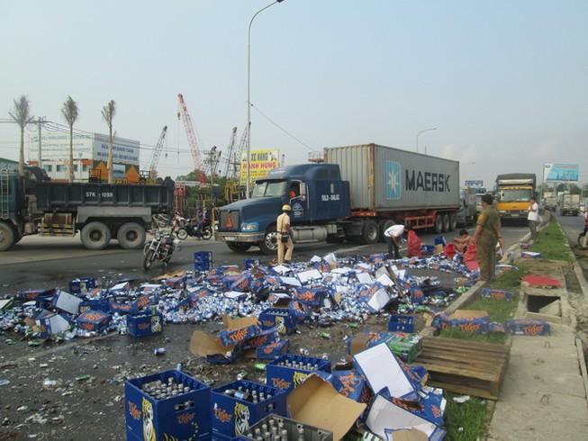 Kẹt xe nghiêm trọng từ Suối Tiên đến Bình Dương vì bia bị đổ vỡ đầy đường