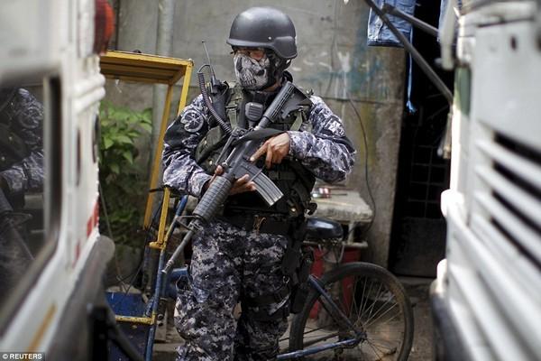Trang bị vũ khí 'tới tận răng' để áp giải 1000 tù nhân nguy hiểm nhất Nam Mỹ