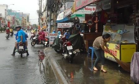 TP.HCM: Cơn mưa chiều có sấm sét dữ dội khiến nhiều người hoảng hốt