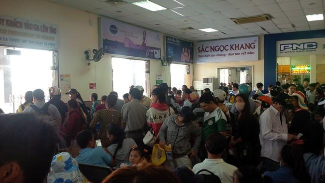 Ga Đà Nẵng quá tải, hàng ngàn khách đứng chen nhau chờ mua vé