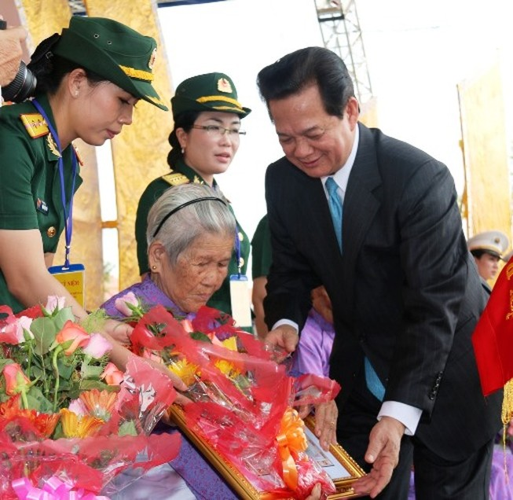 Phong tặng, truy tặng danh hiệu Mẹ VNAH cho 252 mẹ