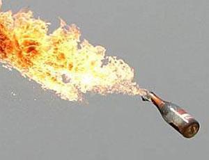 Dùng 'bom xăng tự chế' tấn công công an