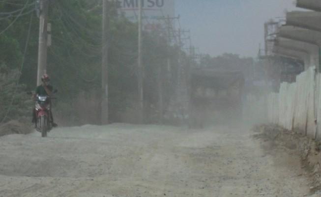 Ngộp thở vì khói bụi ô nhiễm tại xa lộ Hà Nội