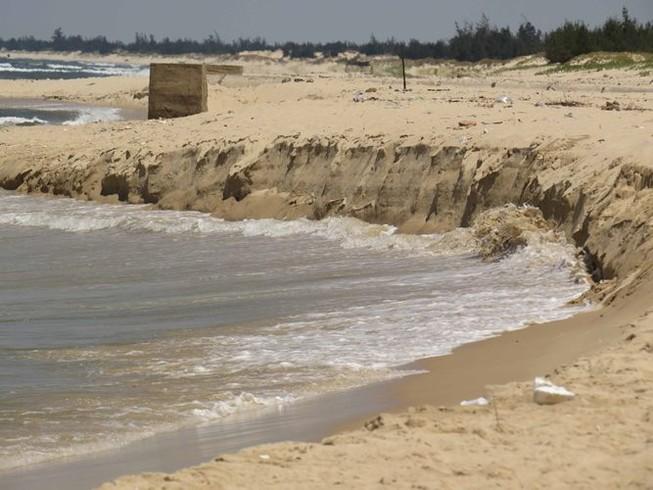 Quảng Bình: Sạt lở bờ biển nghiêm trọng